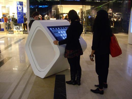 Déploiement borne tactile point de vente table interactive