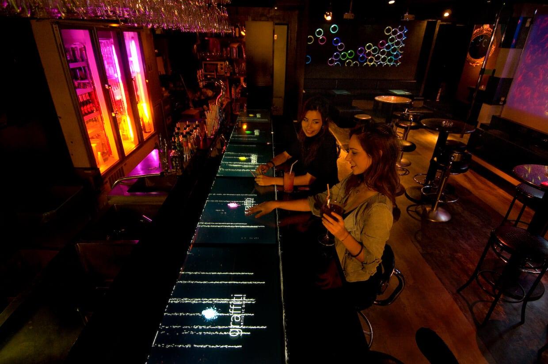 Graffiti Bar table tactile Tokyo