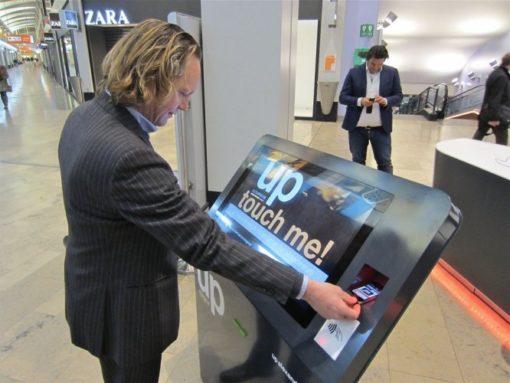 Borne digitale 32 pouces interaction mobile