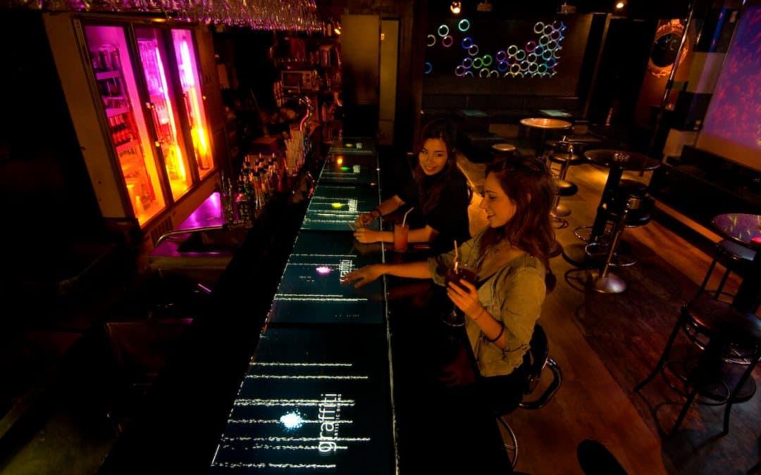 Japon : A la pointe de la technologie, le Graffiti Bar à Tokyo